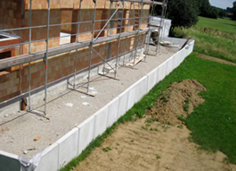Grundstückseinfassung mit Betonfertigteilen/Winkelstützelementen